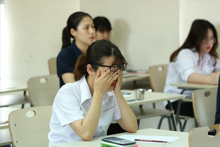 Học sinh, sinh viên chịu áp lực nặng vì điểm số. Ảnh minh họa.