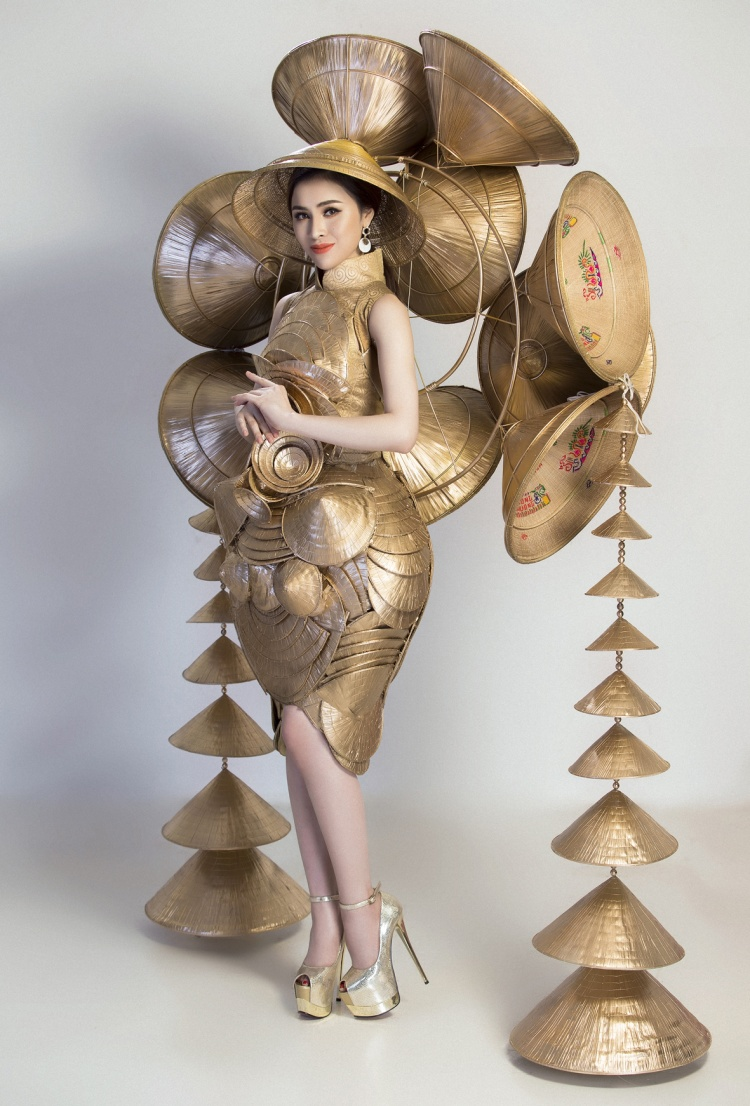 Bộ trang phục gồm nhiều nón lá to nhỏ, kích thước khác nhau, kết nối, gắn với nhau tạo thành tổng thể vững chắc, hoàn hảo. Thiết kế mạnh mẽ quyền lực nhưng vẫn toát ra được nét đẹp dịu dàng của phụ nữ Việt Nam. Thiết kế này được hoàn thành trong vòng 1 tháng và nặng 25 kg.