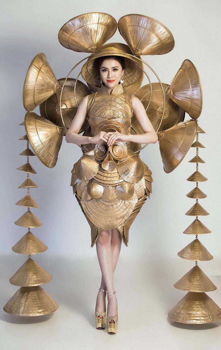 """Trước đó bộ trang phục môi trường """"nghiêng che hồn Việt"""" đã được công bố với người hâm mộ. Thiết kế lấy cảm hứng từ những chiếc nón lá Huế đặc trưng của Việt Nam."""