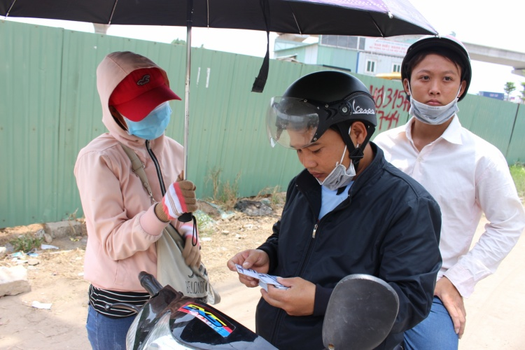 Thu Hà bán sim cho khách đi đường.