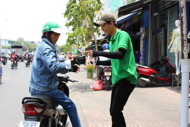 Phạm Văn Huy tươi cười với khách hàng.