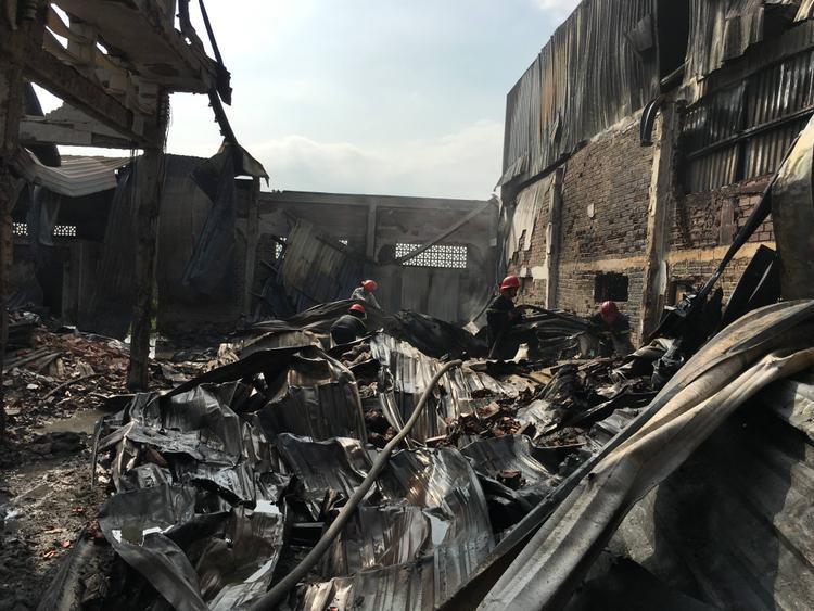 Hiện trường vụ cháy xưởng, nhiều vật dụng bị cháy đen.