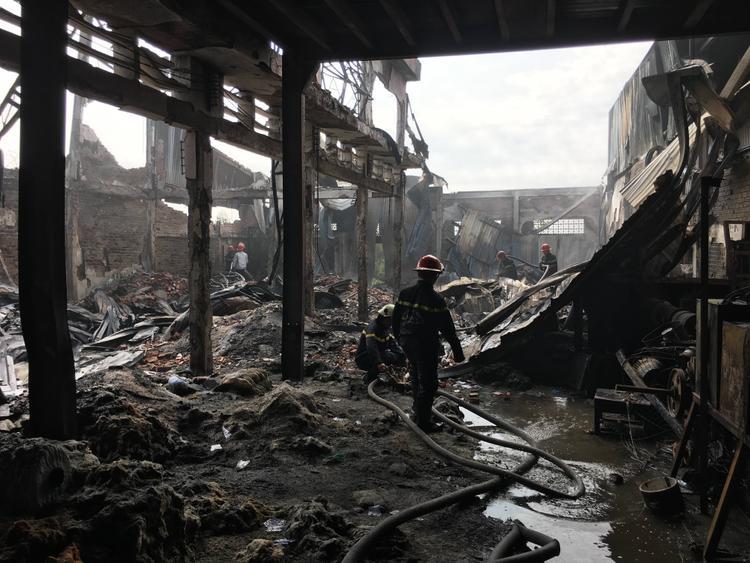 Cảnh sát PCCC rất khó khăn mới khống chế được đám cháy.
