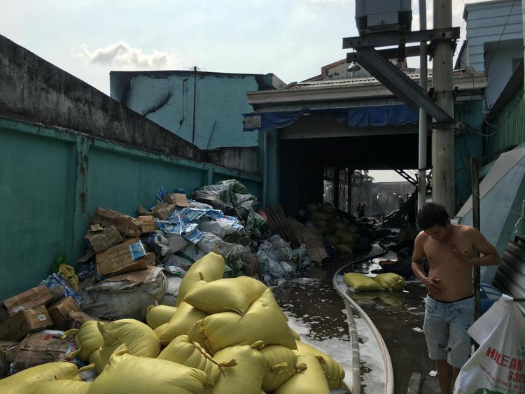 Mái tôn xưởng sản xuất cũng bị thiêu rụi.