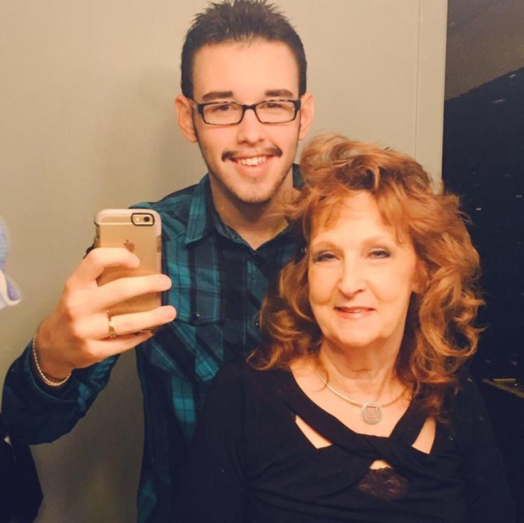 Chàng trai 19 tuổi trúng tiếng sét ái tình với bà lão 72 tuổi ngay lần gặp đầu tiên. Ảnh: Gary Hardwick/Facebook