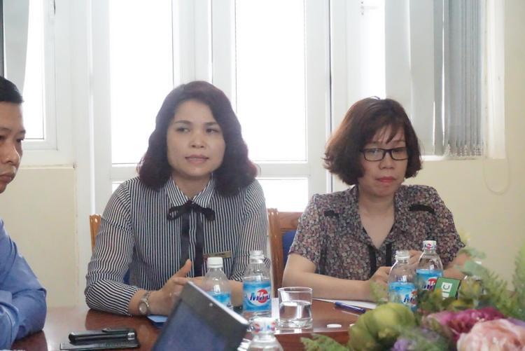 Bà Đỗ Thị Mai, Hiệu trưởng nhà trường (bìa trái) cùng bà Nguyễn Huyền Châu, Phó hiệu trưởng thông tin vụ việc.