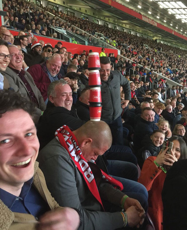 Nam CĐV ngủ gật trên sân Old Trafford.