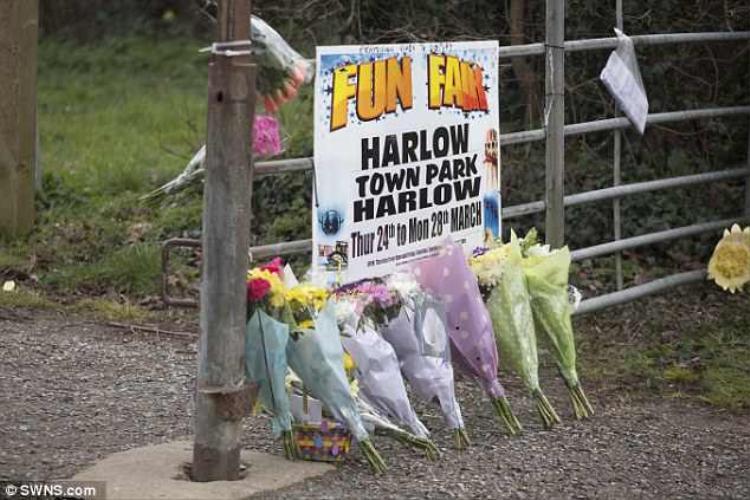 Nhiều người không quen đến nơi xảy ra vụ việc tặng hoa cho bé gái xấu số.