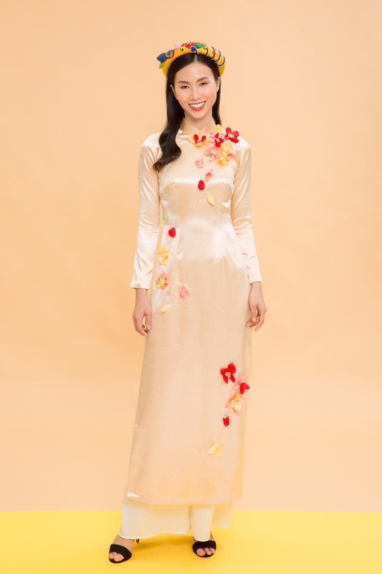 """Vẫn trung thành với gấm và lụa, phong cách áo dài lần này Nhà thiết kế hướng đến là sự tươi trẻ và sự đằm thắm, chín muồi trong nhan sắc của những quý cô """"không tuổi""""."""