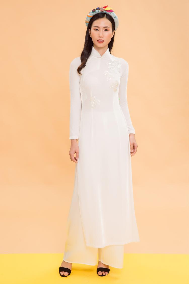 Những mẫu áo của Thủy Nguyễn có sự pha trộn giữa họa tiết truyền thống và kiểu thiết kế hiện đại.