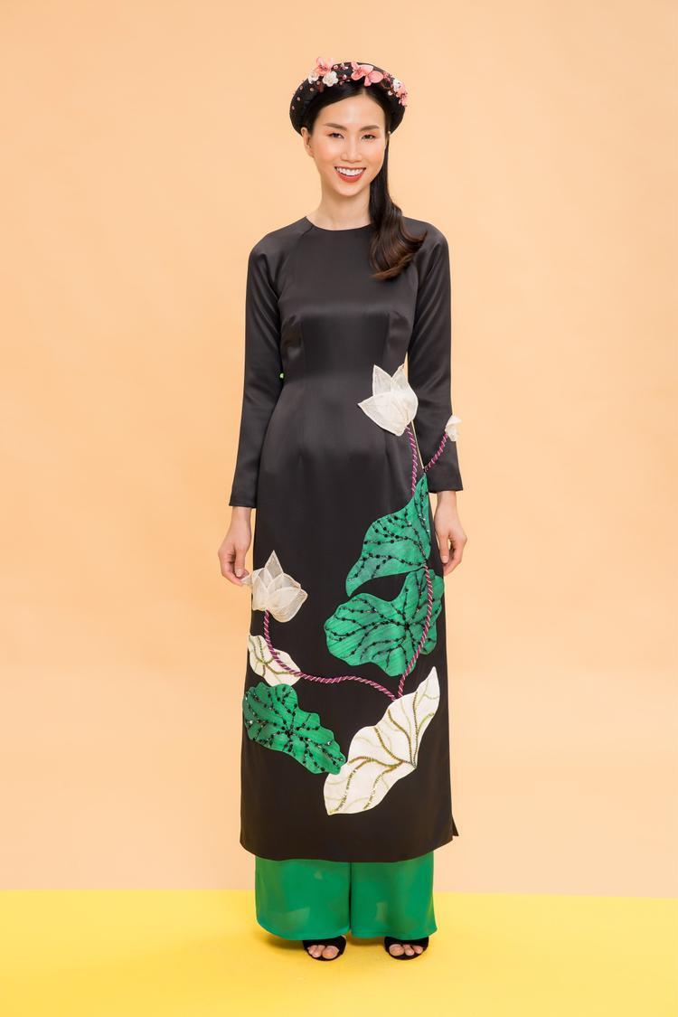 Vài năm trở lại đây, xu hướng diện áo dài được nhiều người yêu thích. Trong đó, áo dài hoa là cảm hứng bất tận của các nhà thiết kế lẫn tín đồ.