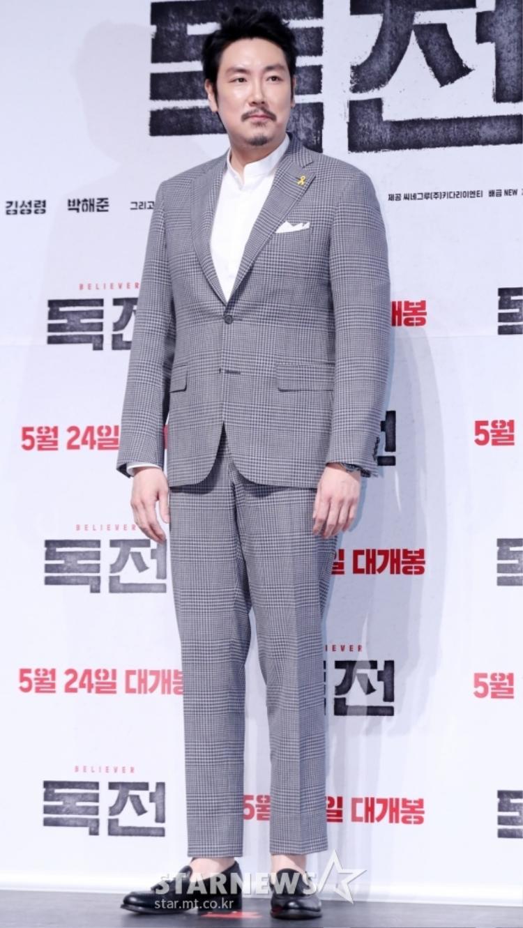 """Diễn viên """"Nhật ký bản đồ máu"""" - Choi Jin Woong cài ruy băng vàng trên áo của mình."""