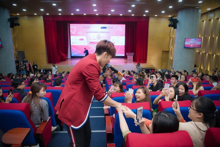 Jun nhiệt tình bắt tay các bạn sinh viên.