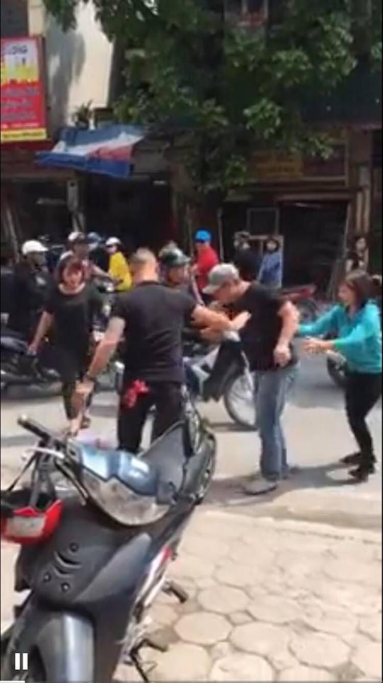 Chửi người đi đường, nam thanh niên bị 2 người đàn ông đánh sấp mặt