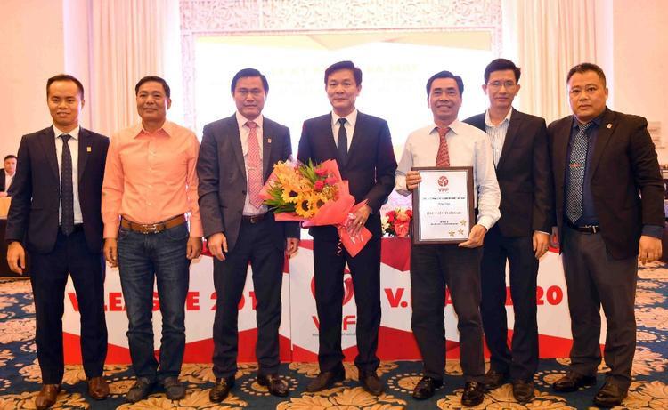 Ông Trần Hoàng Việt - phó Tổng giám đốc VPF (người bên trái) đã tham giaLễ ký kết tài trợ, bốc thăm và xếp lịch thi đấu các giải bóng đá chuyên nghiệp Quốc gia 2018 vào ngày 22/1.