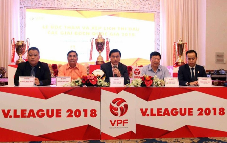 Ông Trần Hoàng Việt (người ngồi ngoài cùng bên phải) là Phó Tổng giám đốc VPF.