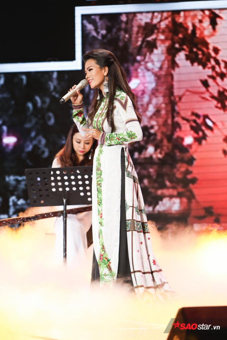 Ở phần thi đơn ca, Ebony thu hút với thế mạnh bởi giọng ca sáng và cách luyến láy tinh tế.