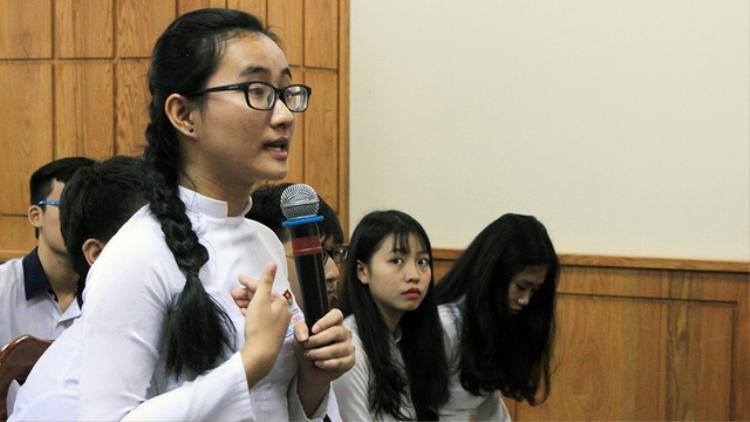 Nữ sinh Song Toàn bật khóc khi nói về cô Châu.