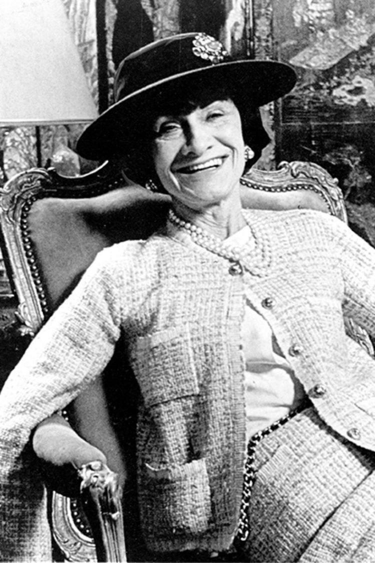 Chất vải tweed - loại chất liệu đặc trưng của thương hiệu Chanel cũng được NTK sử dụng trong show diễn lần này. Ngoài ra, các chi tiết túi áo, nút áo jacket cũng được Công Trí chắt lọc và áp dụng.