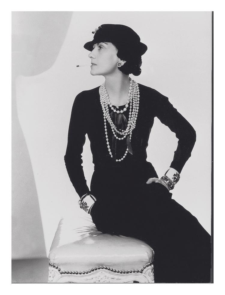 Cách sống, nhân sinh quan và tư duy thiết kế của biểu tượng thời trang Coco Chanel đã ảnh hưởng đến Công Trí trong bst lần này.