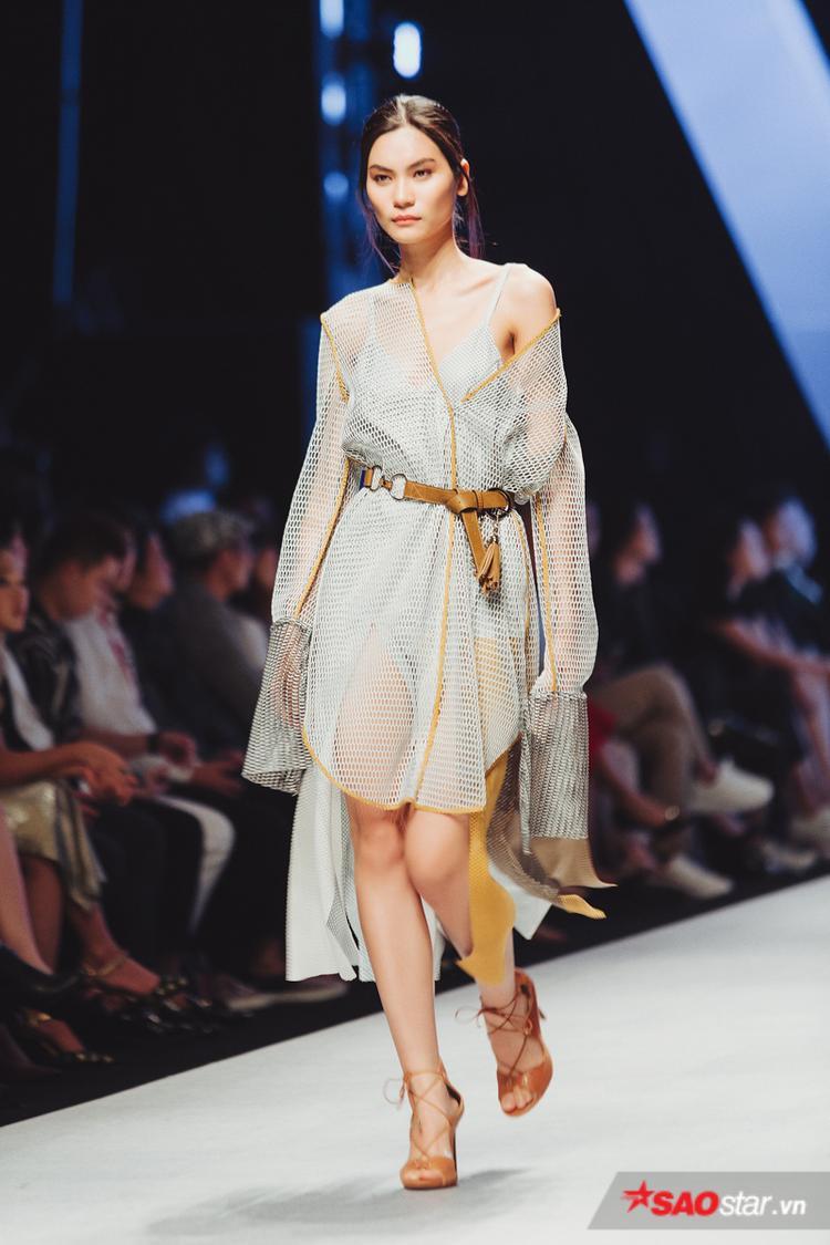 """Kim Dung trong một thiết kế khá """"mát mẻ"""" từ vải lưới."""