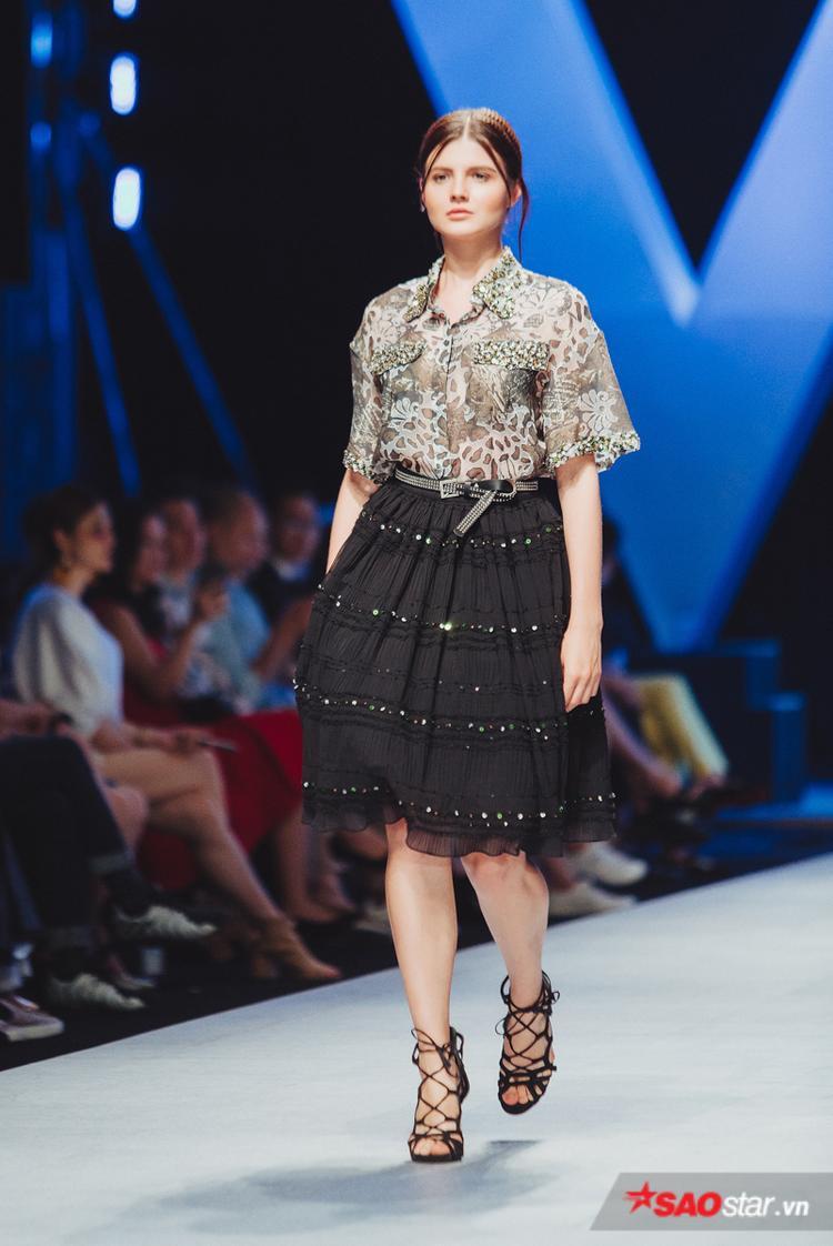 Sự xuất hiện của các người mẫu Tây cũng góp phần khiến khán giả thích thú.