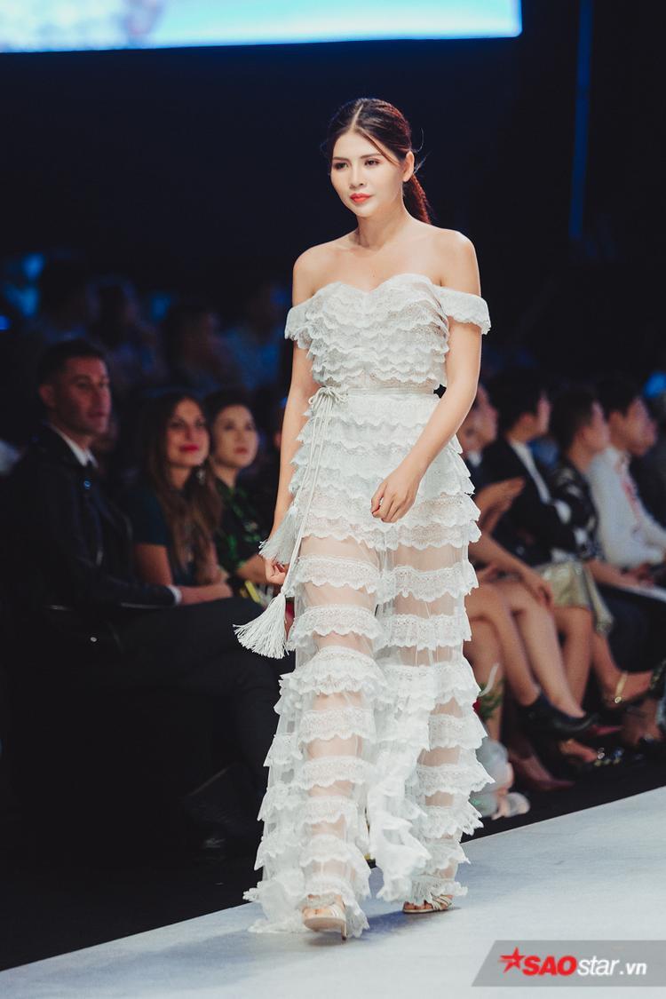 Kỹ thuật may chồng lớp vải khiến người mặc trở nên vô cùng nữ tính mà lại chẳng hề hở bạo, khó coi.