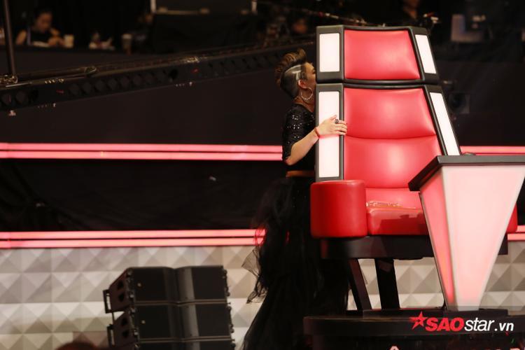 """Tiết mục nào đã khiến HLV Thu Phương """"tức giận"""" rời khỏi ghế, và núp hẳn về sau như thế này?"""