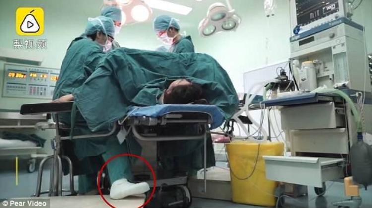 Bác sĩ Song bị bó bột trong phòng phẫu thuật khiến nhiều người cảm động. Ảnh: Pear Video