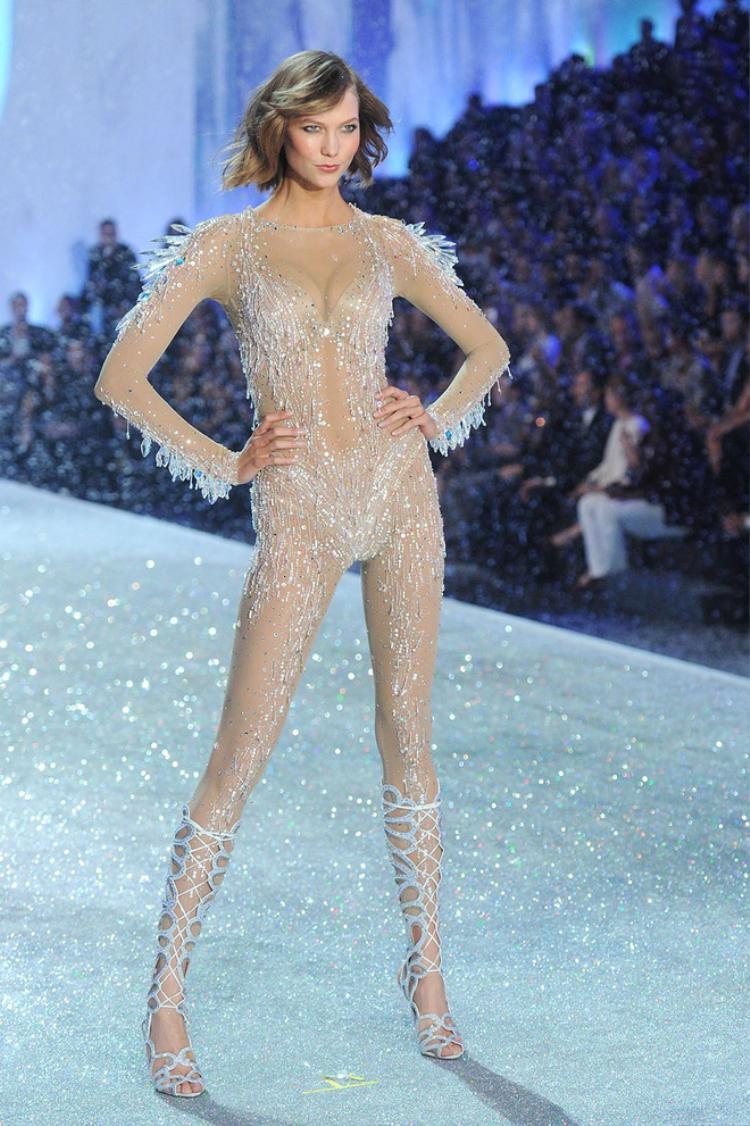 Ngay sau đó, cư dân mạng đã nhanh chóng phát hiện ra, đây là một thiết kế vay mượn ý tưởng từ sàn diễn Victoria's Secret Fashion Show năm 2013, được trình diễn bởi siêu mẫu Karlie Kloss.