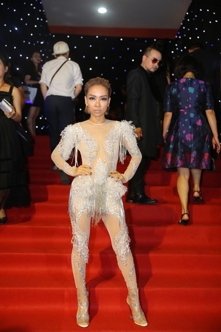 """Một bất ngờ khác trong đêm khai mạc chính là ca sĩ Thảo Trang, mặc cho các bóng hồng Vbiz đua nhau diện áo dài, đầm dài nền nã hay những bộ trang phục cá tính, Thảo Trang lại """"lạc quẻ"""" khi mặc một bộ bodysuit chỉ phù hợp trên sân khấu ca nhạc."""
