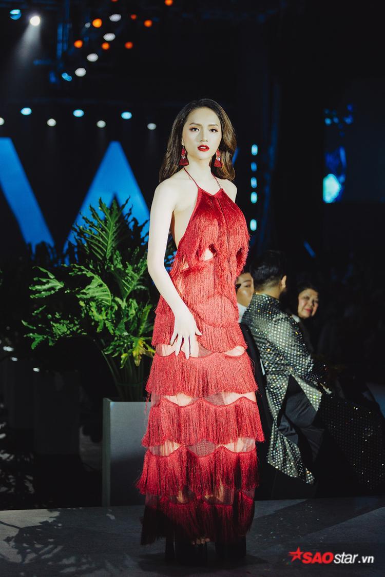 Diện thiết kế váy đỏ đính tua rua, nàng hậu tự tin sải những bước catwalk chắc nhịp trên đôi giày có gót cao tận 25 cm.