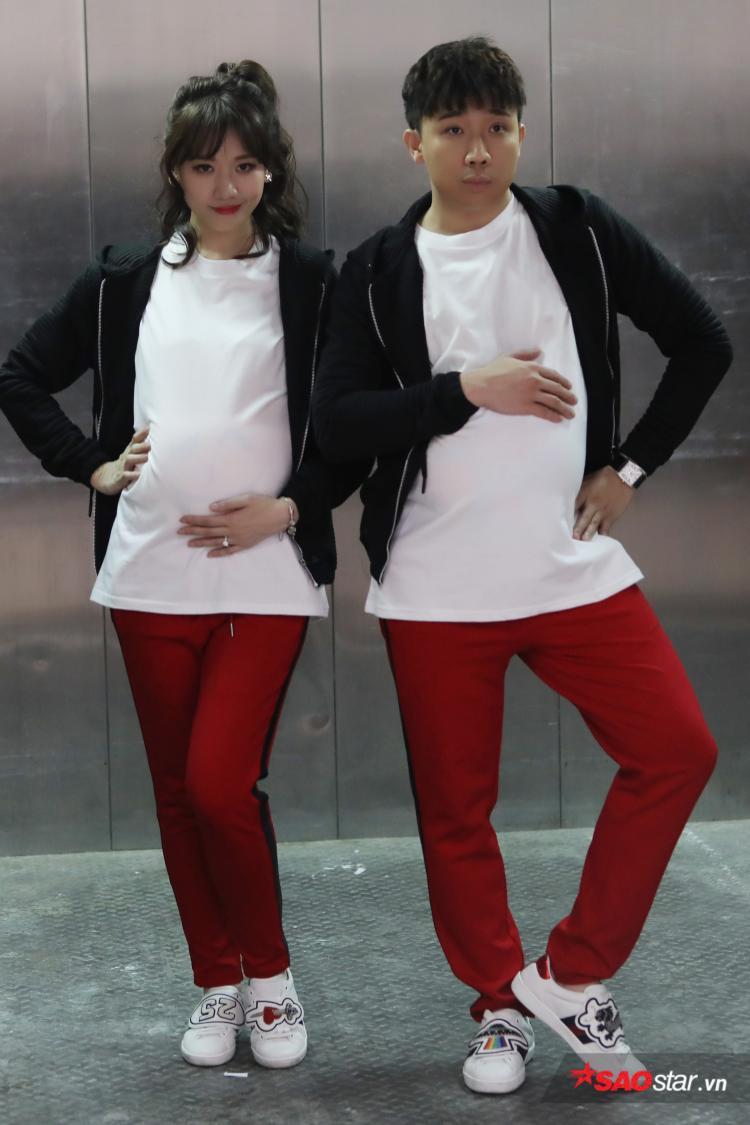 """Vợ chồng """"Xìn - Ri"""" diện đồ đôi, tạo dáng cực """"ngầu""""."""