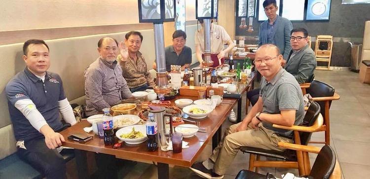 HLV Park Hang Seo thăm Hoàng Xuân Vinh.