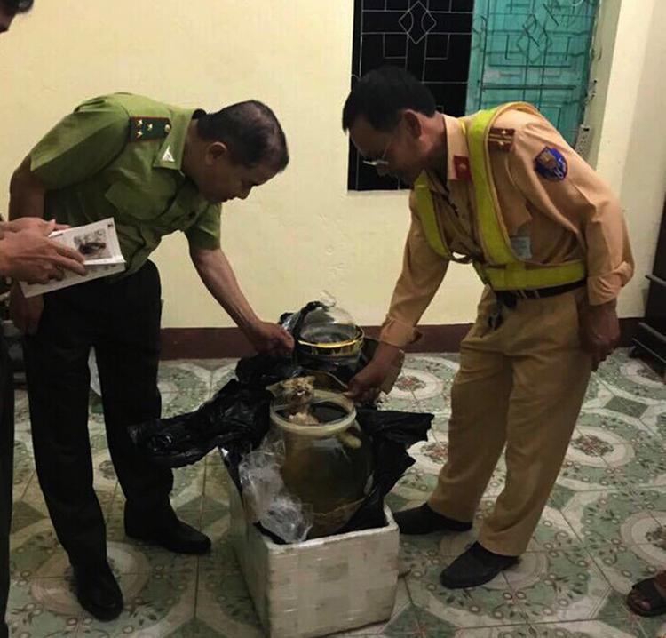 Cơ quan chức năng kiểm tra hai thùng xốp.