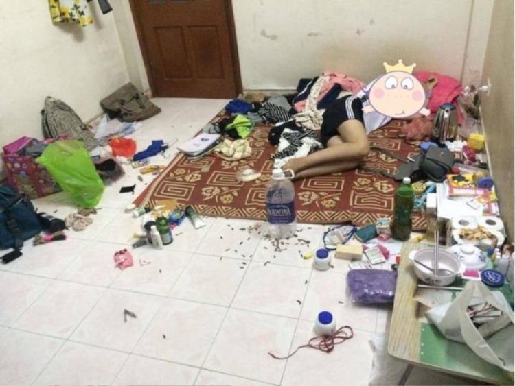 Hình ảnh nơi ngủ lộn xộn, ga giường cáu bẩn, thực phẩm thừa ôi thối vương vãi khắp phòng, nồi cơm điện, chén dĩa vài tuần chưa rửa… khiến mọi người ngao ngán.