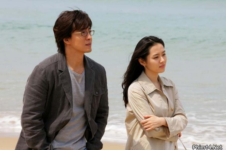 """Ai ngờ """"tài tử"""" đình đám nhất xứ Hàn từng là """"người yêu"""" của """"Tình đầu quốc dân"""" cơ chứ? Họ hợp tác trong bộ phim ăn khách """"Tuyết tháng tư"""" năm 2005."""