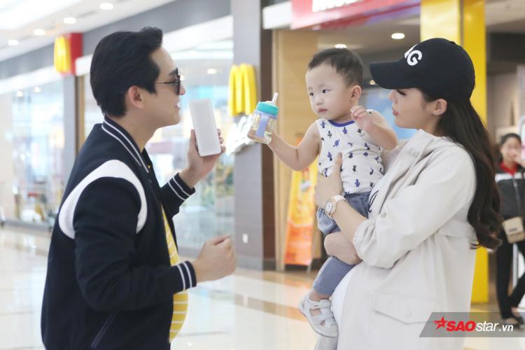 Hứa Vĩ Văn  Kỳ Duyên giúp em bé đi lạc tìm mẹ, Xìn  Ri được fan tặng quà độc
