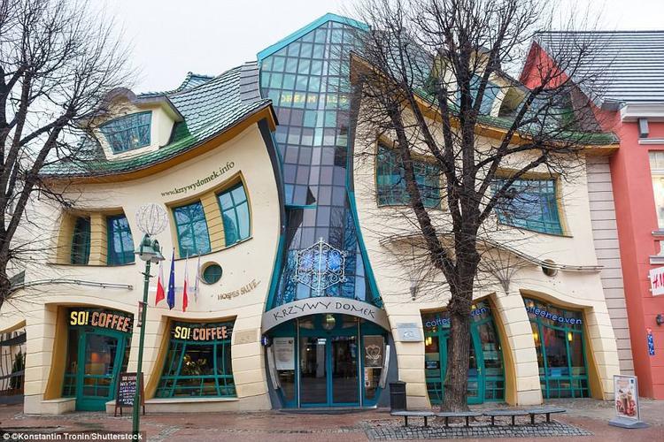 """""""Ngôi nhà nhỏ quanh co"""" rộng 4.000 m2, do kiến trúc sư Szotynscy Zaleski thiết kế và xây dựng vào năm 2004. Mặc dù được tạo thành từ những vật liệu rất chắc chắn và quen thuộc như xi măng, cốt thép, nhưng tất cả đường nét của tòa nhà này đều theo xu hướng """"cong toàn tập"""".Ảnh:Shutterstock"""