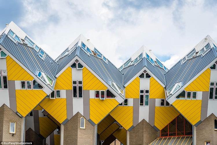 Khu nhà hình lập phương độc đáo này là công trình kiến trúc tại thành phố Rotterdam, Hà Lan. Nó được xây dựng bởi kiến trúc sư Piet Blom vào năm 1984. Ban đầu, mục đích của nó là để giải quyết vấn đề mật độ dân số quá cao, trong khi đó không gian tại thành phố lại quá hạn hẹp. Khu nhà bao gồm 40 căn hộ riêng biệt, xây dựng liền kề nhau, trong đó có 38 căn nhỏ và hai căn lớn. Mỗi khối lập phương được xây nghiêng góc 45 độ, bên dưới là trụ có hình lục giác.Ảnh:Shutterstock