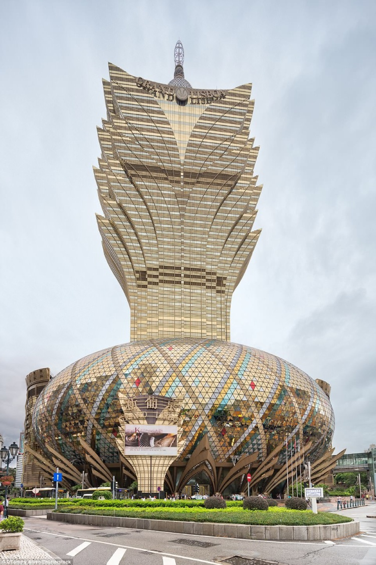 Grand Lisboa là khu tổ hợp khách sạn kiêm sòng bạc ở Ma Cao (Trung Quốc). Nhìn từ bên ngoài, nơi đây trông giống như một bó hoa rực rỡ, đặc biệt là vào buổi tối. Khu sòng bạc Grand Lisboa có hơn 390 bàn chơi và 880 máy đánh bạc cùng nhiều vũ công trình diễn. Ảnh:Shutterstock