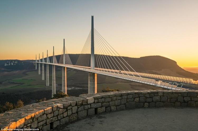 Cầu cạn Millau là một cây cầu bắc qua thung lũng sông Tarn, gần Millau, miền nam nước Pháp. Cây cầu do kiến trúc sư người Anh, Norman Foster và kỹ sư cầu người Pháp, Michel Virlogeux thiết kế và đưa vào thi công ngày 10/10/2001. Đây là cây cầu cao nhất thế giới khi sở hữu phần đỉnh cao tới 343 m, hơn tháp Eiffel.Ảnh:Shutterstock