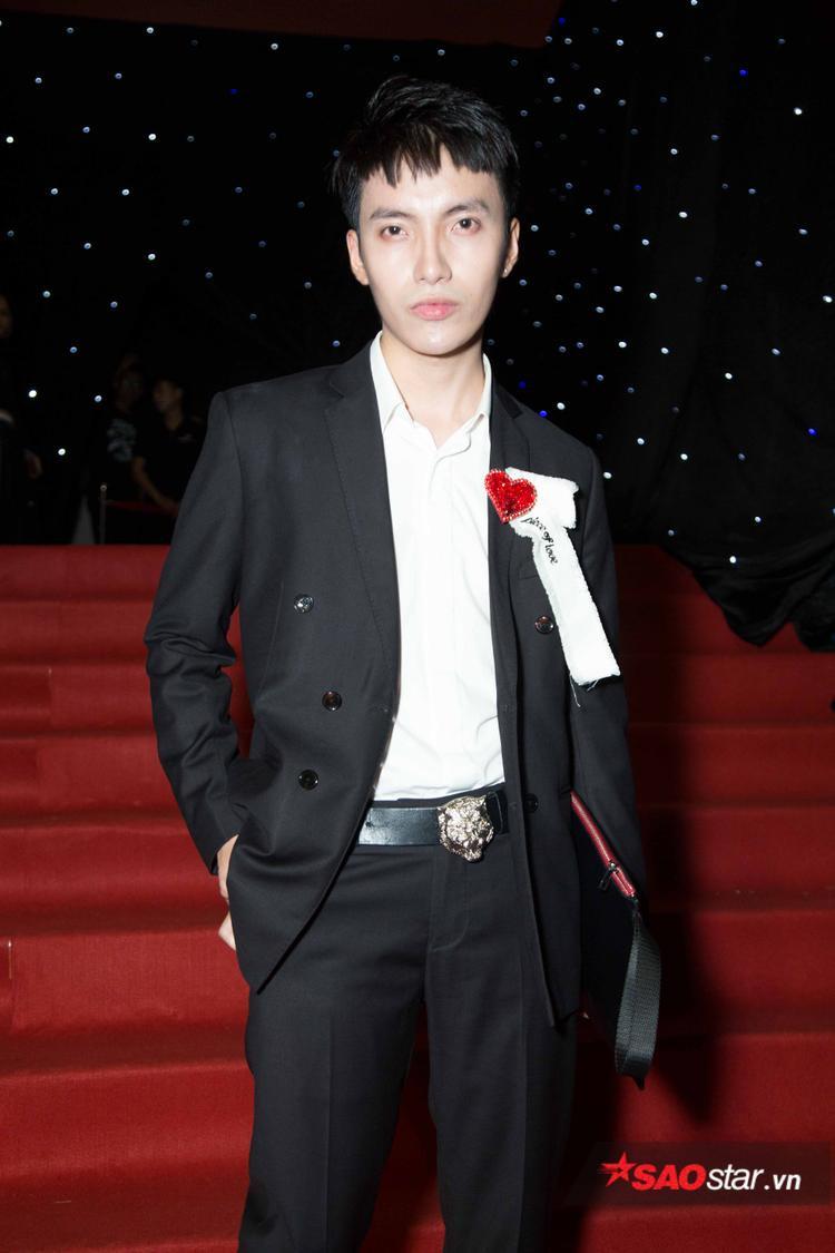 Stylist Kye Nguyễn lựa chọn cả cây vest đen cùng phụ kiện ghim cài áo hình trái tim khi xuất hiện trên thảm đỏ.