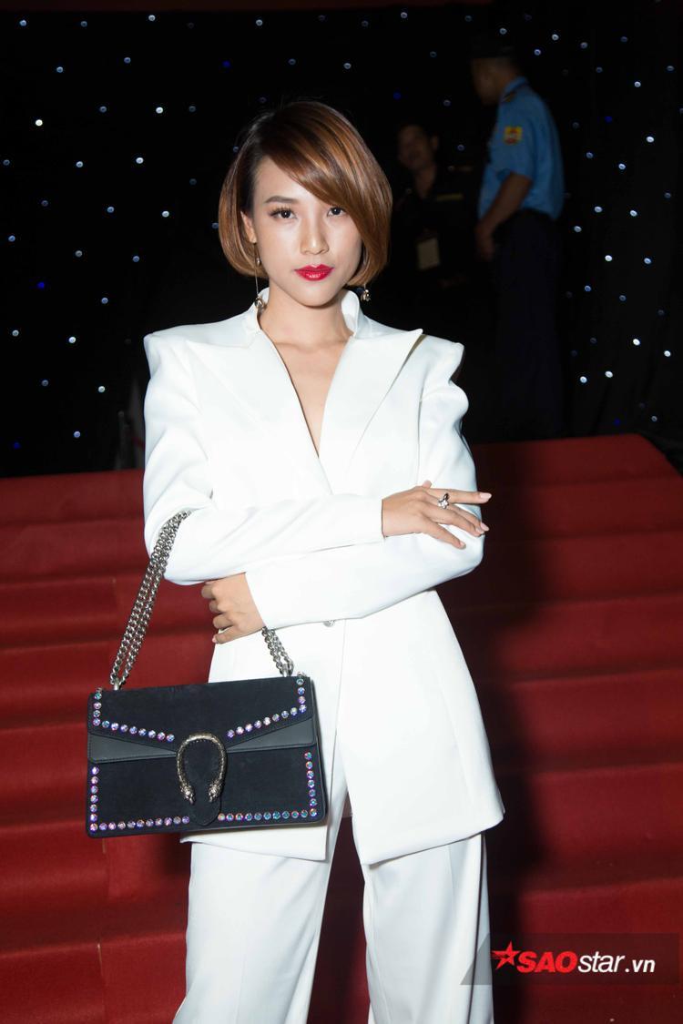Hoàng Oanh lựa chọn cả cây vest trắng khi xuất hiện tại sự kiện. Túi xách Gucci đắt giá khiến set đồ của người đẹp tăng điểm thời thượng.