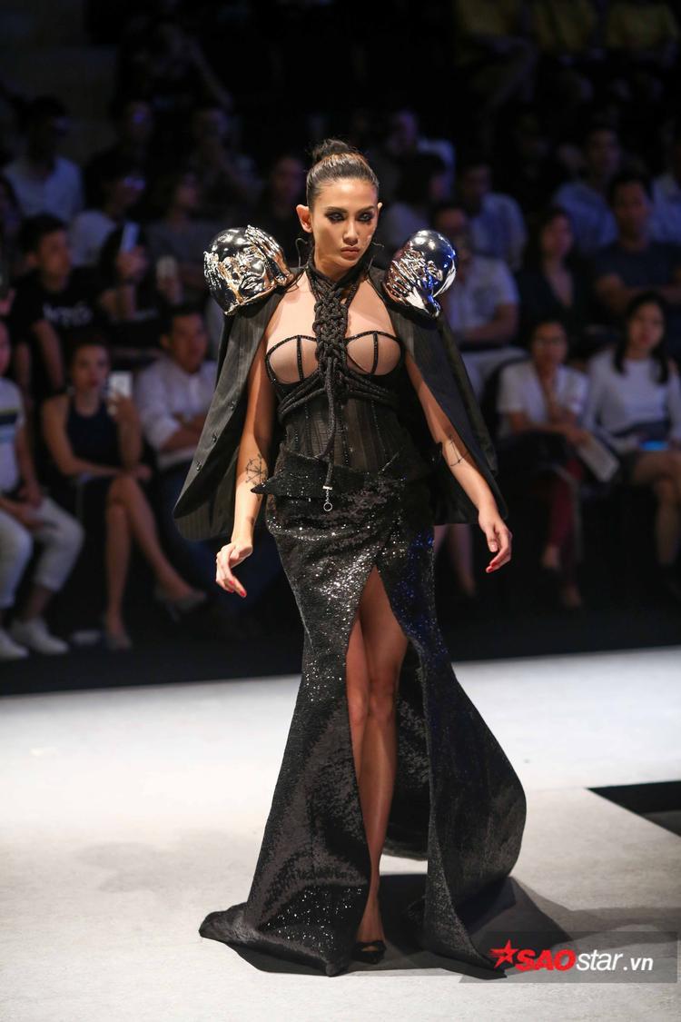 Không chỉ vậy, trang phục cô trình diễn còn gây chú ý khi có sự đính kết hai mô hình đầu người trên vai với 2 trạng thái cảm xúc khác nhau.