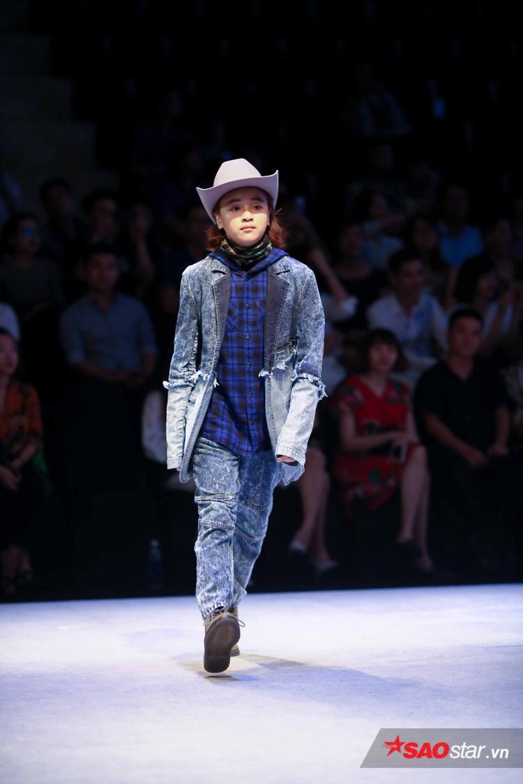 """Hơn cả, dù mới chỉ là lần đầu tiên xuất hiện trên sàn diễn thời trang nhưng Quán quân Vietnam's Idol Kids 2017 Thiên Khôi ngay lập tức chứng tỏ bản lĩnh catwalk """"tài không đợi tuổi"""" khi thu hút mọi ống kính."""