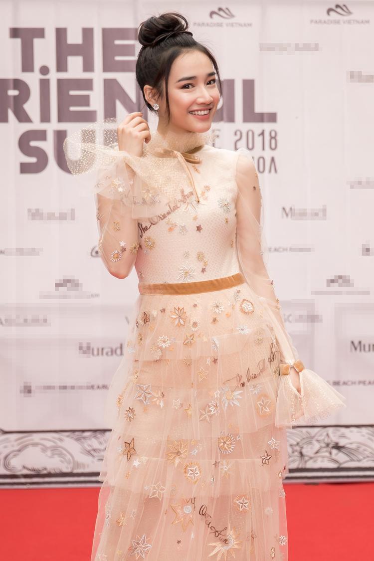 Nữ diễn viên xinh đẹp diện bộ đầm tông màu nude của nhà mốt thân thiết. Trông cô rạng ngời và thu hút nhờ thần thái tươi tắn.