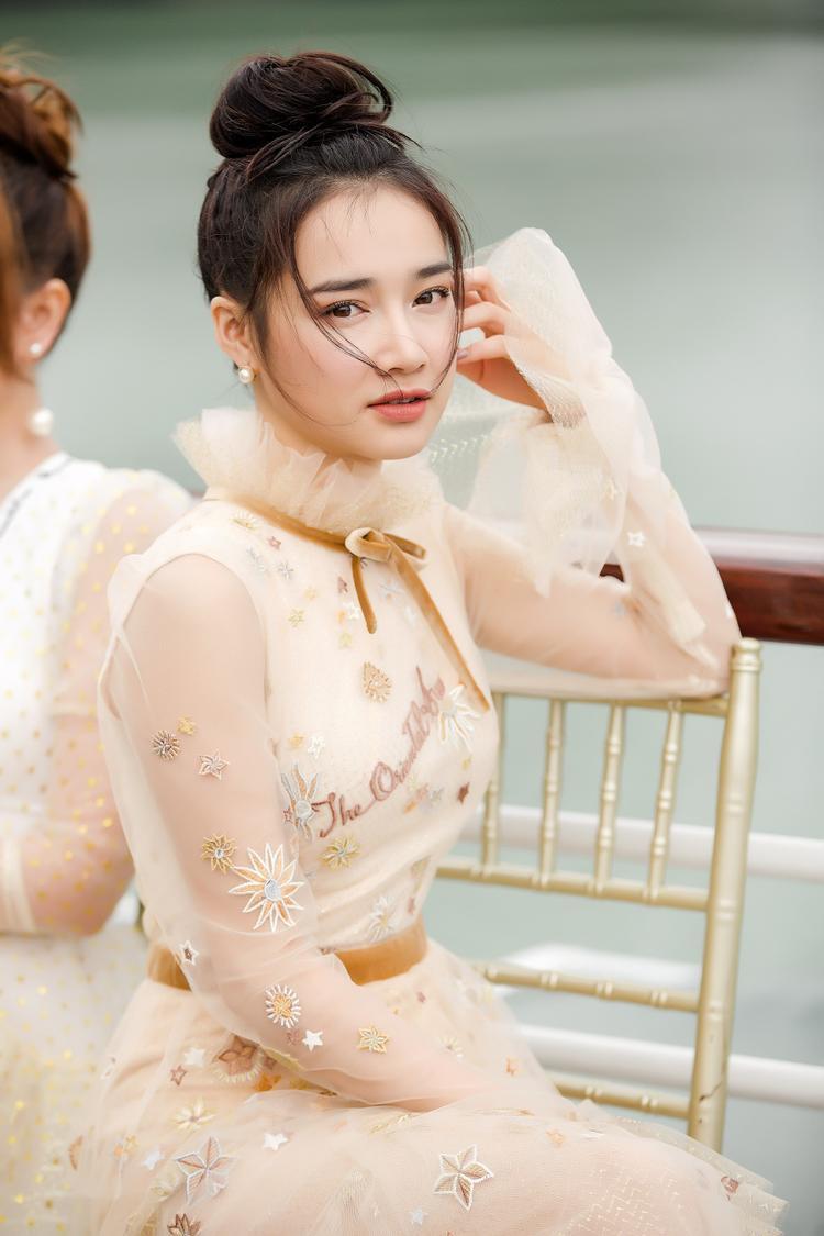 Bạn gái Trường Giang mong manh, thu hút trong bộ đầm xuyên thấu màu vàng kem.