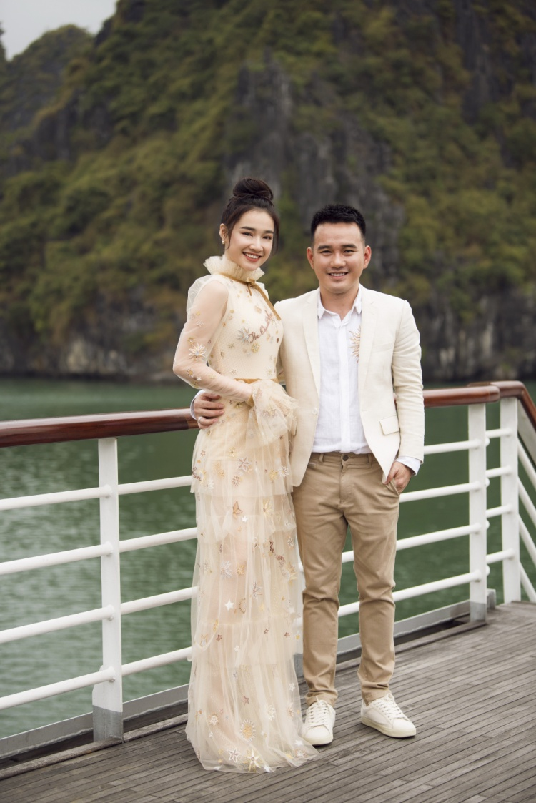 Người đẹp diện ảnh rạng rỡ khi đến chúc mừng show diễn của Lê Thanh Hoà.