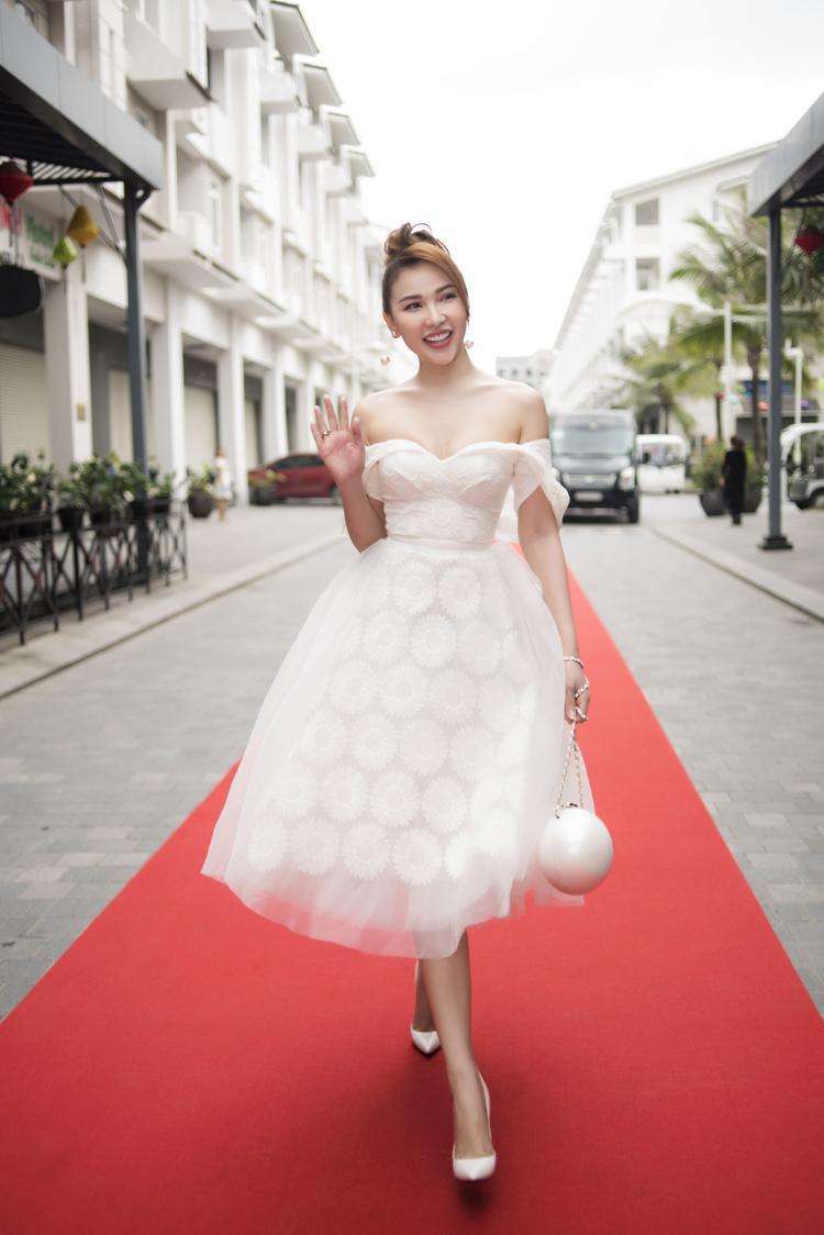 Người mẫu Quỳnh Thư diện đầm khoe vai trần, xuất hiện rạng rỡ trên thảm đỏ sự kiện.